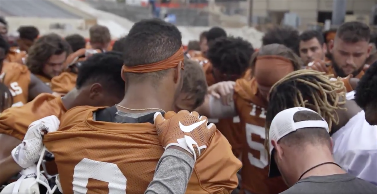 Watch: Texas honors Cedric Benson with prayer, moment of silence