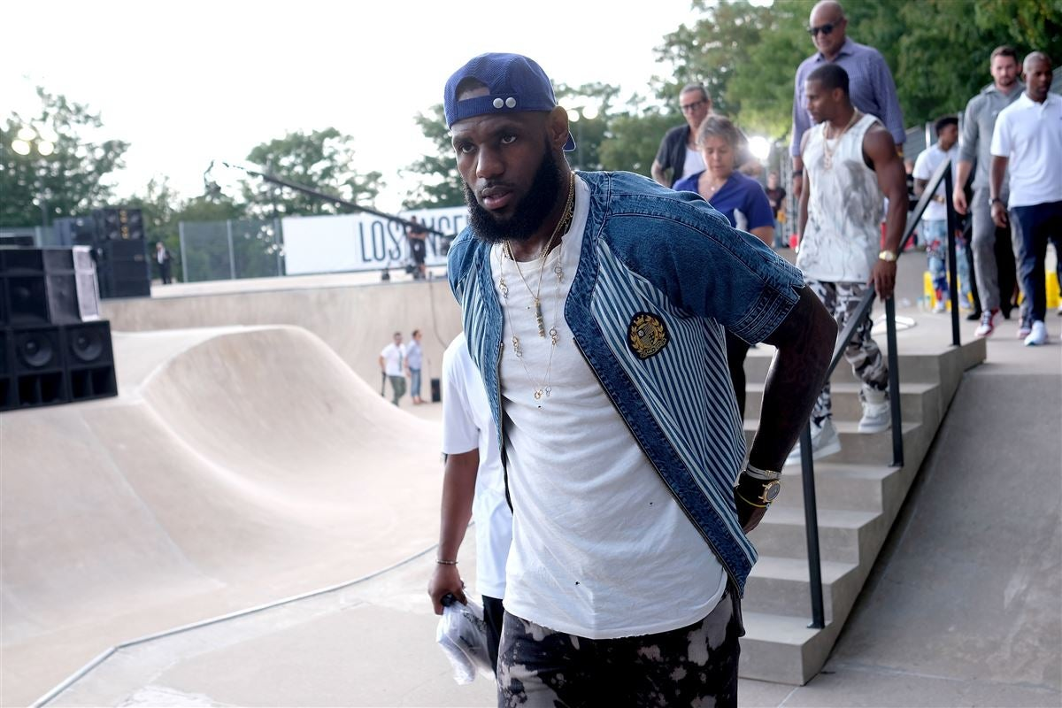 a969ff66e398 WATCH  LeBron James plays with Lakers