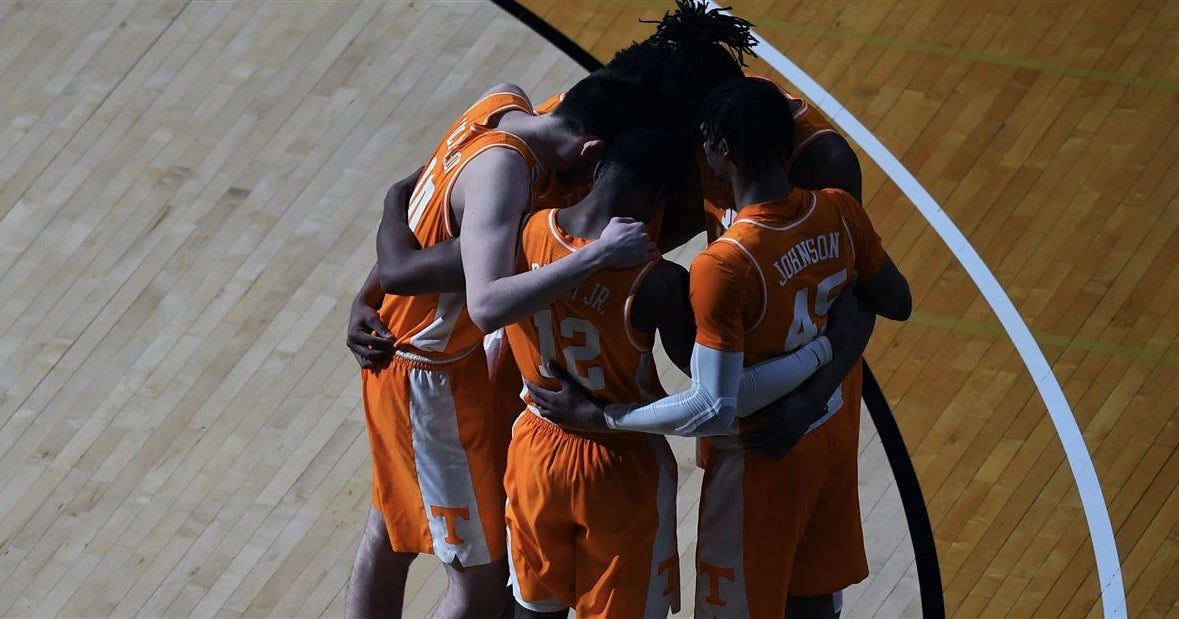 Tennessee falls out of AP Top 25 after loss at Auburn