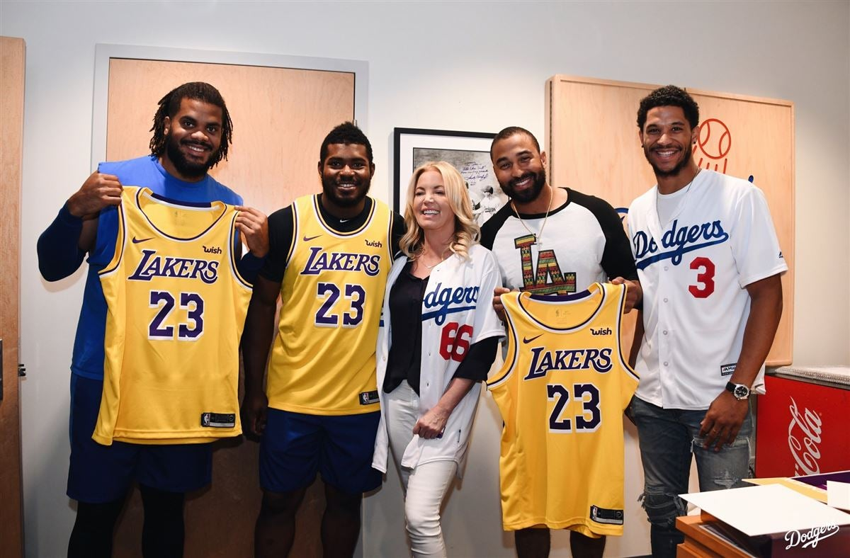 Watch Buss Gives Puig Dodgers Lebron James Lakers Jerseys